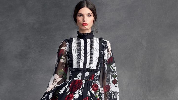 Gül Deseninin Kıyafetlerle Birleşimi