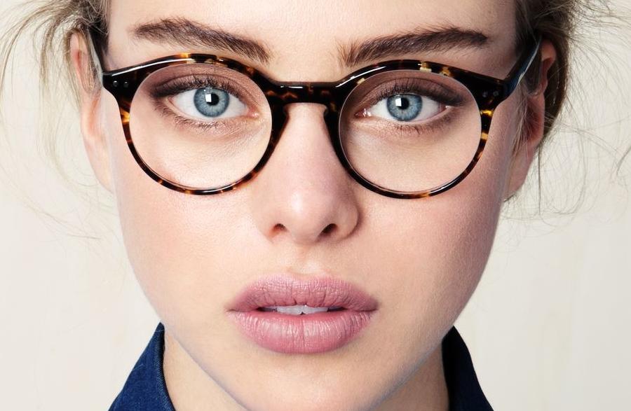 Gözlük Kullananlar için 5 Makyaj Tüyosu