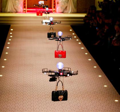 Defileye Mankenler Değil Dronelar Çıktı