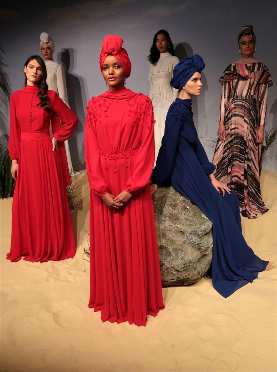 """Emaar Square Mall'de düzenlenen defilede, 16 manken 28 parçalık """"Desert Dream"""" koleksiyonunu tanıttı."""